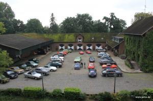 Blick von Burg Konradsheim auf die teilnehmenden Fahrzeuge