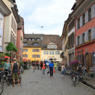 Einblicke in die Altstadt von Staufen - mit Flußabläufen entlang beider Straßenseiten und den historisch nachempfundenen Straßenlampen - OCRE Clubreise in den Schwarzwald (31.5.2019)
