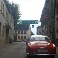 OCRE - Herbstausfahrt 2013 : ein Banner über der Straße in Münstermaifeld : *Stadt Münstermaifeld / Burg Elz grüßt dem Oldtimerclub Rhein-Erft*