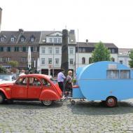 selbst ein Citroen 2CV genügt als Zugfahrzeug für ein *Dübener Ei*, einen kompakten Wohnwagen aus der DDR