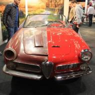ein Händler erklärt an einen Alfa Romeo den Umfang einer Restauration
