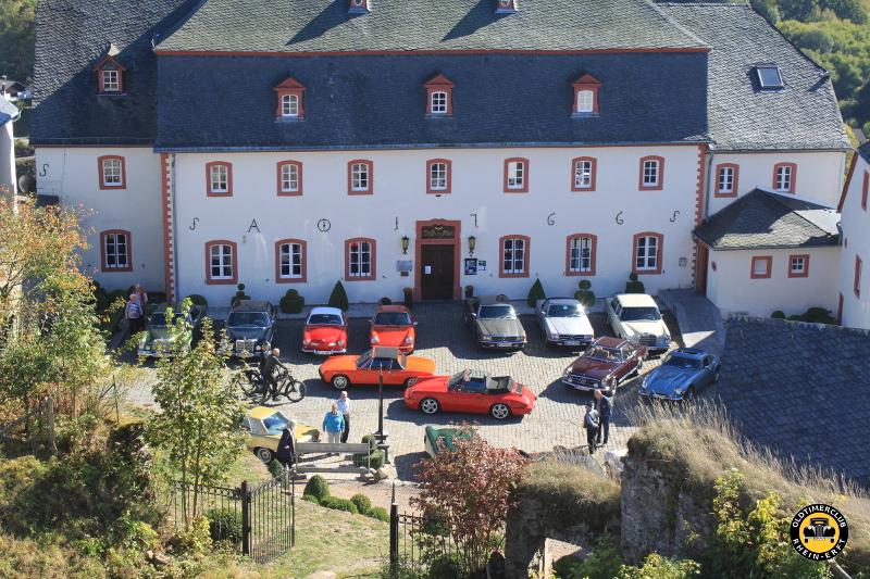geparkt wurde vor dem Burghaus Kronenburg - OCRE-Herbstausfahrt 2018